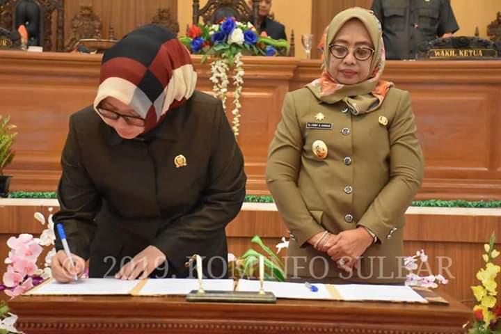 Ketua DPRD Sulbar Hj.Amalia Fitri didampingi Wagub Sulbar Enny Anggareny saat menandatangani berita acara pengesahan 2 Ranperda di gedung DPRD Sulbar